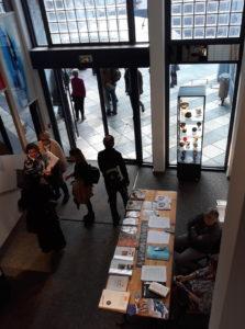 Un'immagine dell'ingresso con la distribuzione di volantini