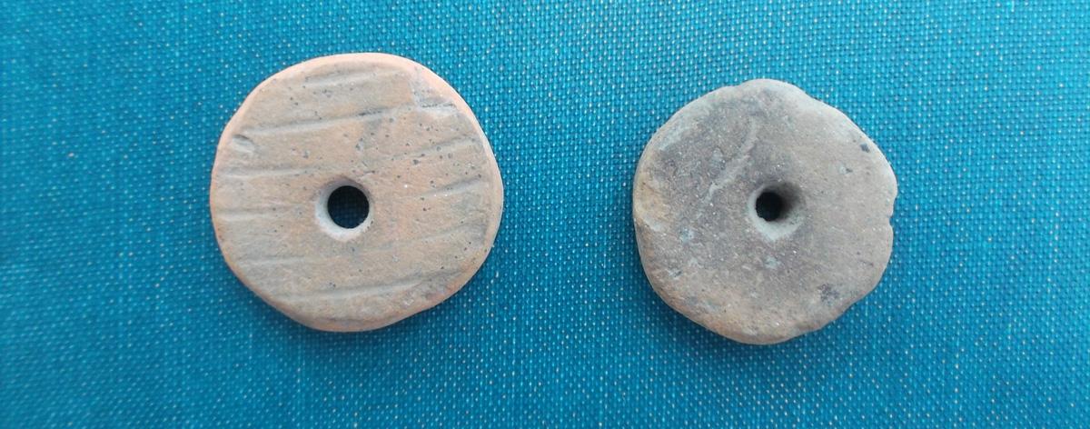 Rondelle preistoriche con foro, usate come fusarole per tessile