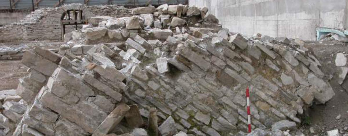 Resti affioranti di Como antica presso il sito di scavo delle terme di Como Romana